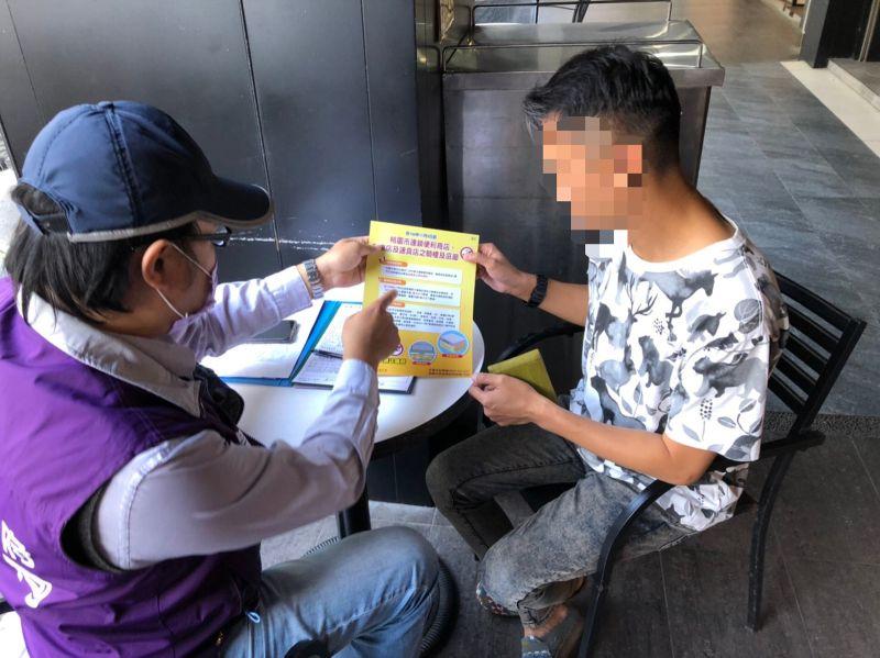 ▲桃園市衛生局從今年8月起持續動員衛生單位稽查人員及志工們向民眾宣導禁菸訊息。(圖/桃園市衛生局提供)