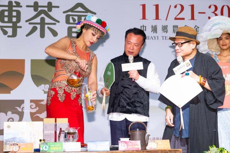 ▲安歆澐(左)、許效舜(右)推廣茶品。(圖/嘉義縣文化觀光局提供)