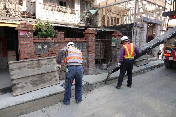 ▲海浴路新設排水溝,並將進行道路AC鋪設工程。(圖/記者葉靜美攝,2020.11.05)