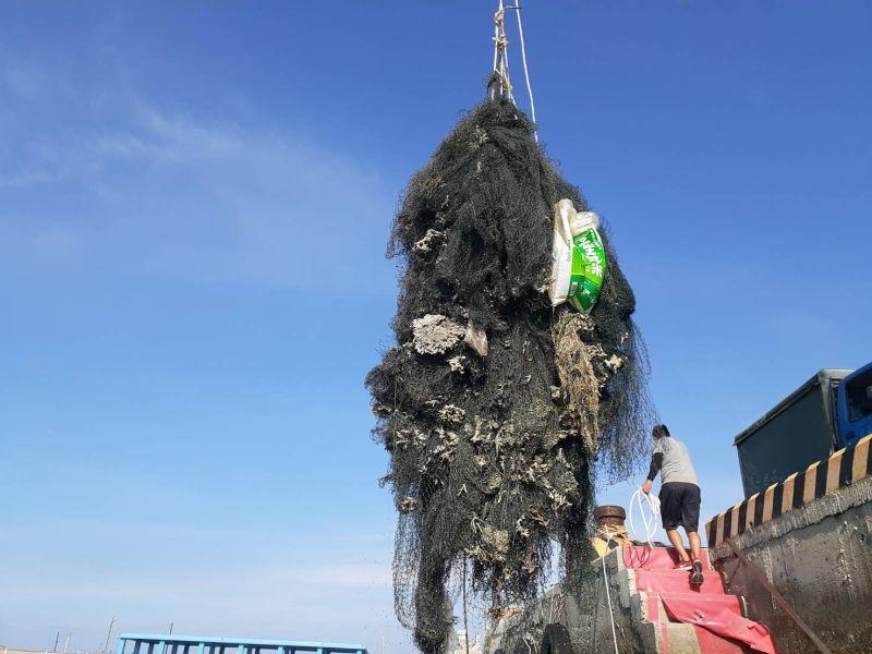 ▲於北海海域清出沈在海底超過25年以上的海底覆網。(圖/資料照片)