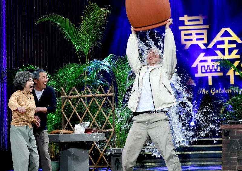 ▲黃鐙輝(右)歌中劇犧牲淋水。(圖/華視提供)