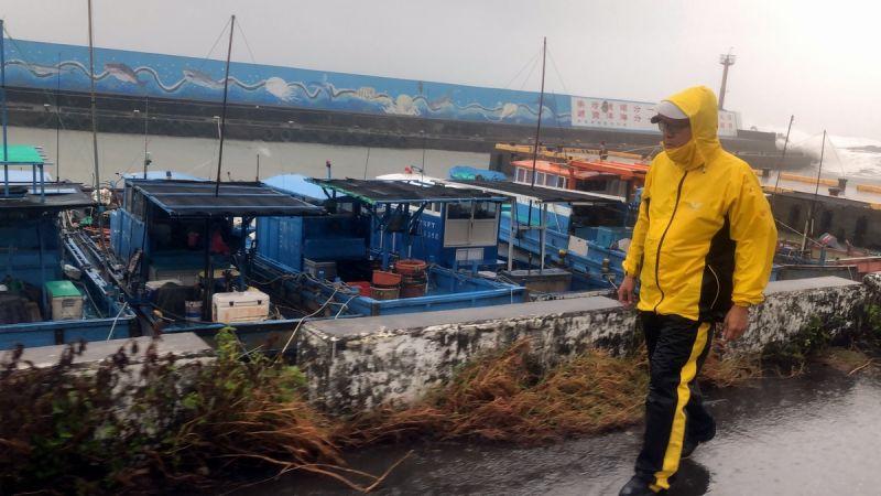 ▲縣長潘孟安巡察滿州興海漁港,依氣象團隊提供的資訊研判,擔心今(6日)入夜後至凌晨2、3點時分可能會有強降雨,請沿海特別注意防範。(圖/屏東縣政府提供,