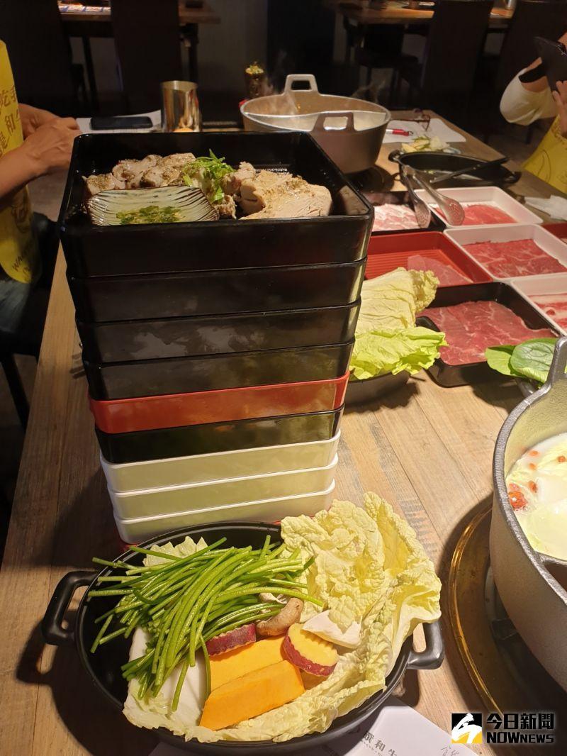 ▲饌和牛主打和牛火鍋吃到飽,業者不怕你吃,桌邊服務一端上桌,就是九餐盒高高堆疊的各色肉品,讓你一次遍嚐各種肉滋味。(圖/記者金武鳳攝,2020.11.6)