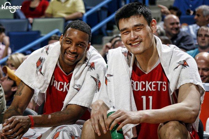 ▲NBA火箭隊曾遭中國官方抵制,如今「始作俑者」離隊,火箭推特發出前中國球星姚明合照耐人詢問。(圖/取自Houston Rockets推特)