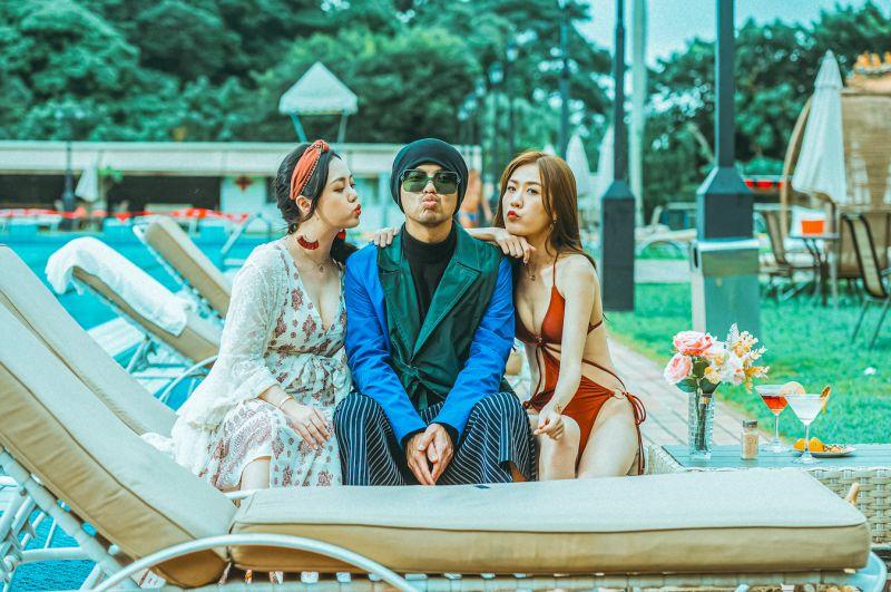 ▲黃明志推出新歌《你不認識我》,在MV中與「奇樂女孩」的10名女生大談戀愛。(圖/亞洲通文創提供)