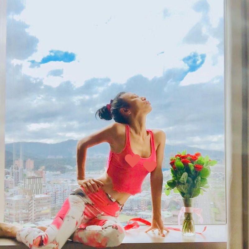 ▲白靈身穿粉色無袖背心坐在窗邊擺出撩人姿態。(圖/白靈IG)