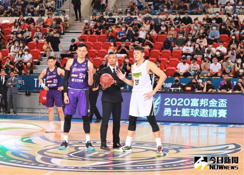▲P. League+聯盟執行長陳建州開球前向全場球迷鞠躬道謝,「謝謝大家對台灣籃球的不離不棄。」(圖/鍾東穎攝 ,2020.11.07)