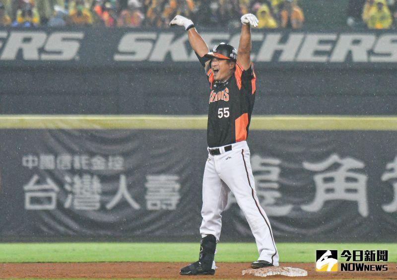 統一獅外野手潘武雄敲出帶有打點的二壘安打興奮怒吼