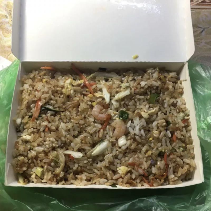 ▲從原PO附上的圖片可以看到,一整盒的蝦仁蛋炒飯,只有兩塊小小的蝦肉。(圖/翻攝自《Dcard》)