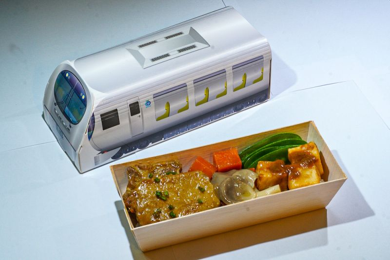 ▲西武鐵道公司推出「秩父滋味味噌豬肉飯」,外包裝是由世界級建築師妹島和世打造的新型特級電車Laview。(圖/台鐵提供)
