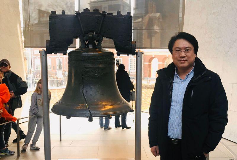 ▲林右昌發文表示,「站在費城獨立廣場的自由鐘之前,慶幸自己生長在ㄧ個自由民主的時代。(圖/取自林右昌臉書)