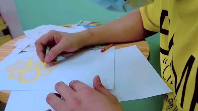 ▲湯姆在監獄裡利用紙盒、鉛筆、蠟筆和白紙做成圖卡。(圖/翻攝自《Bjmp