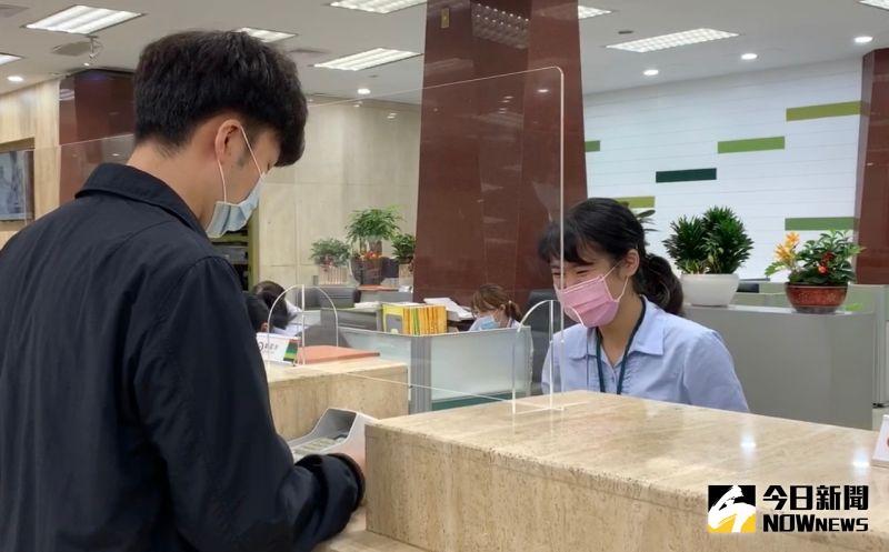 ▲銀行櫃台存錢,(圖/記者顏真真攝)