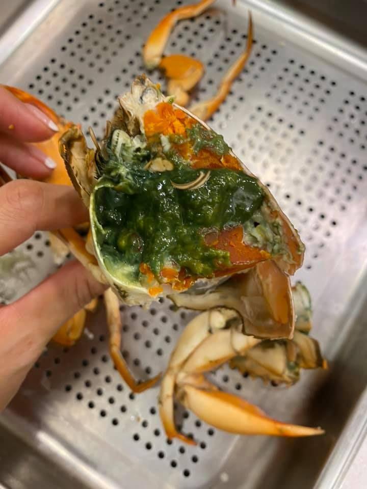 ▲原PO買了螃蟹回家,一剖開卻見整坨詭異綠色蟹膏,貼文立刻引發全場熱議。(圖/翻攝自臉書《Costco好市多商品經驗老實說》)