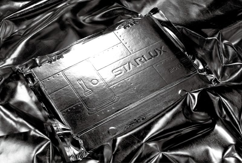 ▲桌曆外包裝為金屬鋁箔袋真空收縮處理,創意模擬太空包裝。(圖/星宇航空)