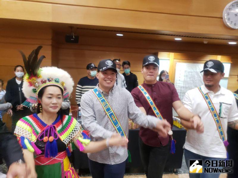 張進德(左起)'、張育成、王躍霖參加關懷盃記者會