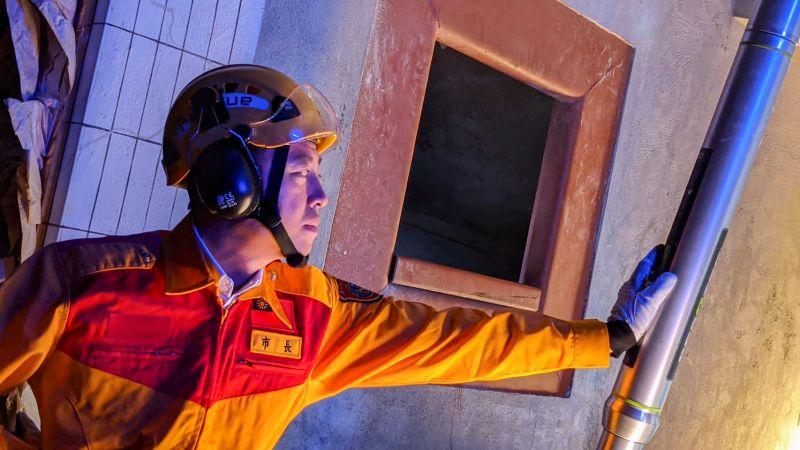 ▲新竹市消防局首創全國建置消防火場MR混合實境和VR虛擬實境,市長林智堅前往體驗,都說相當震撼,肯定這些對消防員的訓練功效。(圖/記者金祐妤攝,109.11.9)