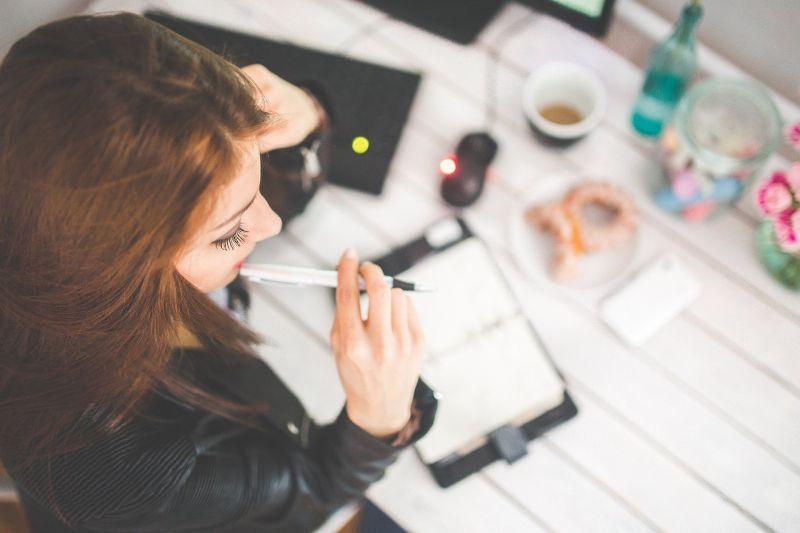 ▲有一名女網友表示,有位女同事竟然在上班時拿出「電子煙」直接吞吐,讓她超傻眼,貼文一出,引起熱議。(示意圖,圖中人物與文章中內容無關/取自 pixabay )