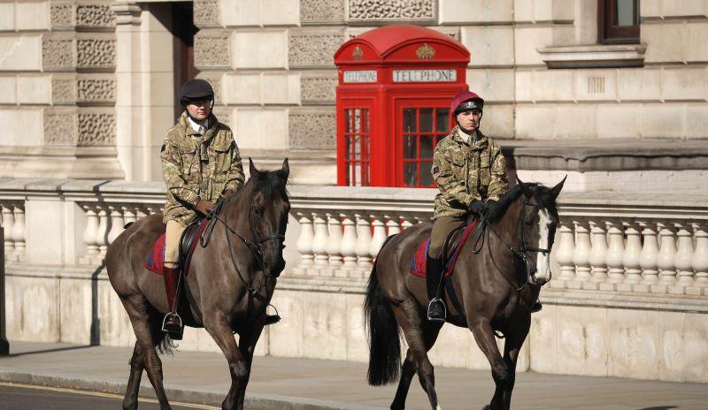 ▲「金融時報」調查發現,英國政府在G7國家當中,是花錢第二多進行新冠肺炎防疫,然而花大錢的成效遭質疑,今年經濟表現可能是G7國家當中最差,病故人數也相當驚人。圖為疫情期間於倫敦街道上巡邏的軍人。(圖/美聯社/達志影像)