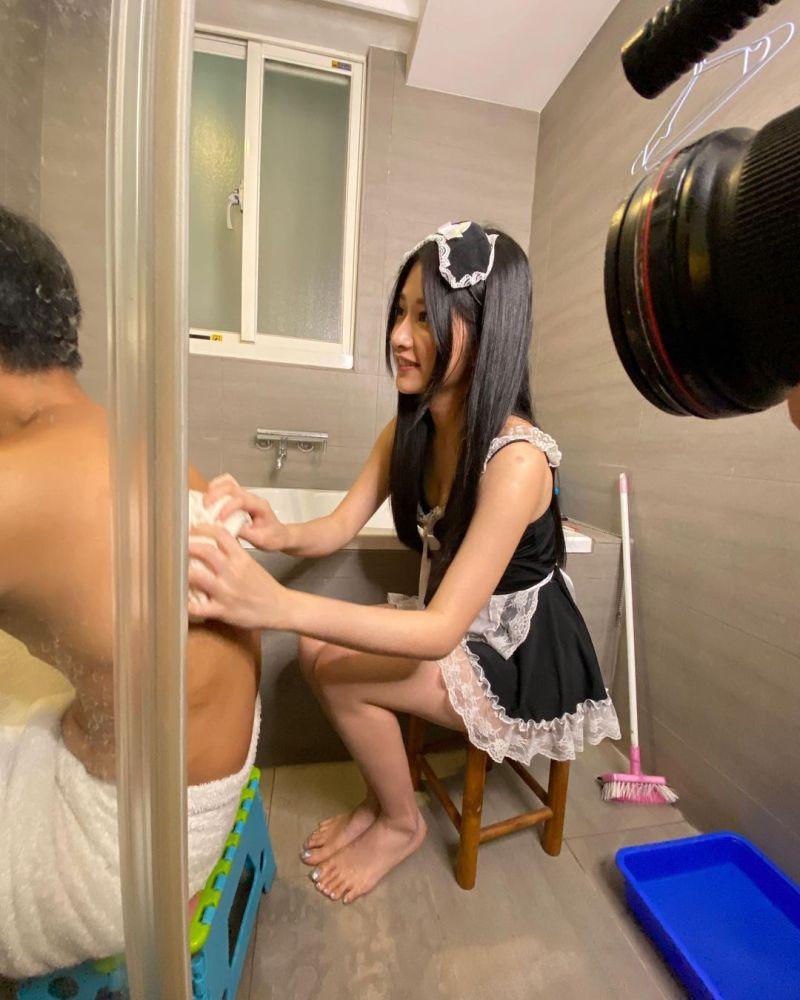 ▲艾瑞絲在浴室中替男生刷背。(圖/艾瑞絲IG)