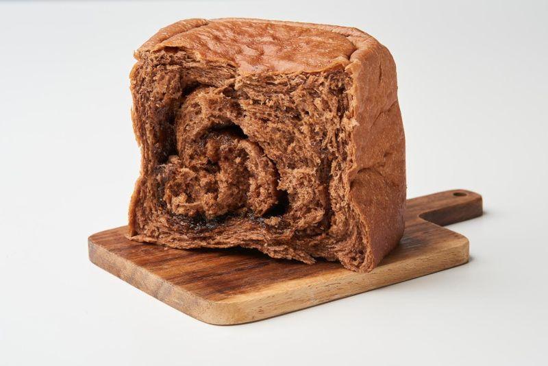▲家樂福推出醇香無比的「超濃生巧克力黑糖吐司」,還有最近萌翻烘焙界的「喵喵吐司」。
