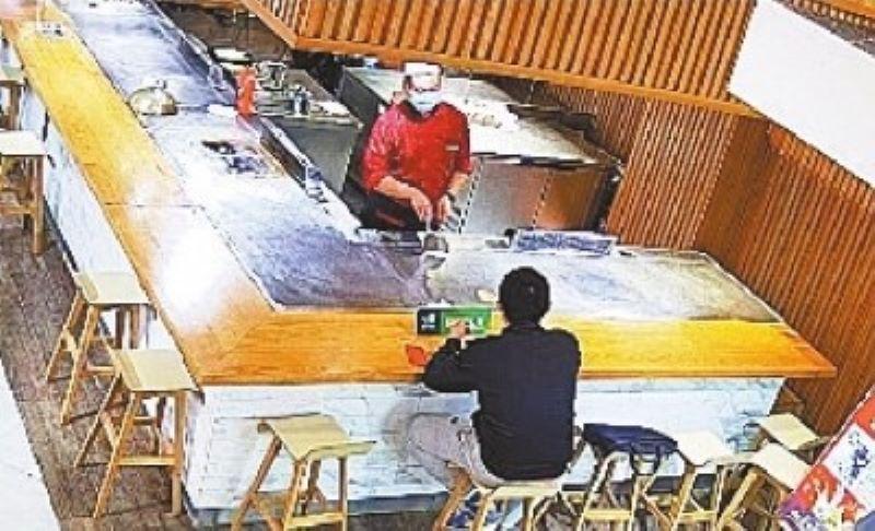 ▲▲男子因工作壓力之大,到餐廳用餐時接到家人電話突然淚崩。(圖/翻攝自武漢晚報)