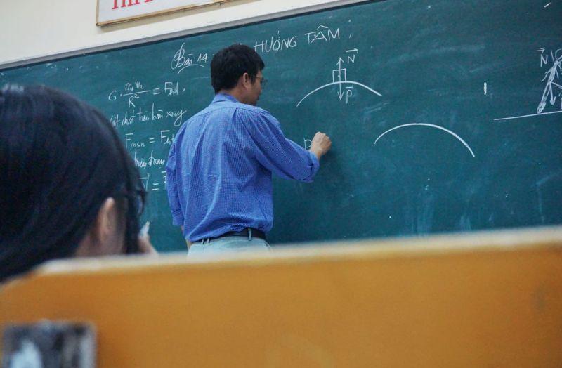 ▲一名在補習班擔任數學老師的男網友,表示有家長認為他穿著不像數學老師,讓他苦惱又好奇。(示意圖,圖中人物與文章中內容無關/取自unsplash)