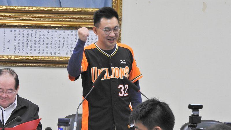 國民黨主席江啟臣賭輸,11日在謝龍介幫忙套衣服下,真的穿上統一獅的球衣主持中常會。(圖/記者陳弘志攝,2020.11.11)