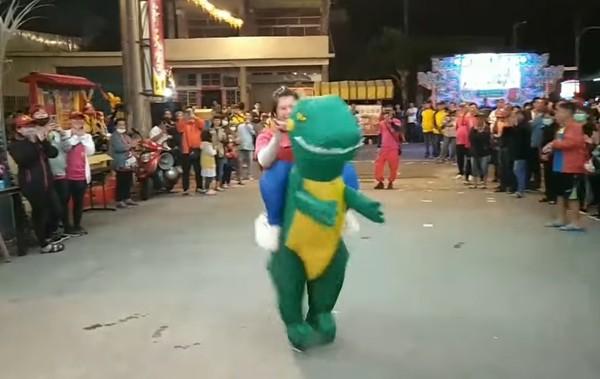 <b>還願</b>拚行頭!女穿「恐龍裝」廟前熱舞 信徒笑翻:有誠意