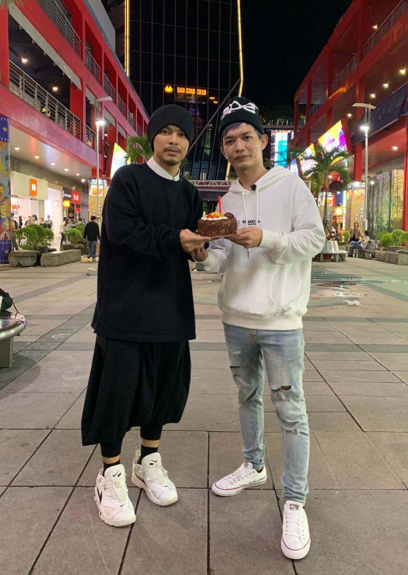 ▲宥凱(右)圓夢發片,黃明志還特別為他慶祝生日。