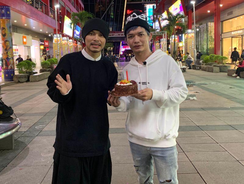 宥凱(右)圓夢發片,黃明志還特別為他慶祝生日。 (圖/馬棋朵數位影像製作提供)