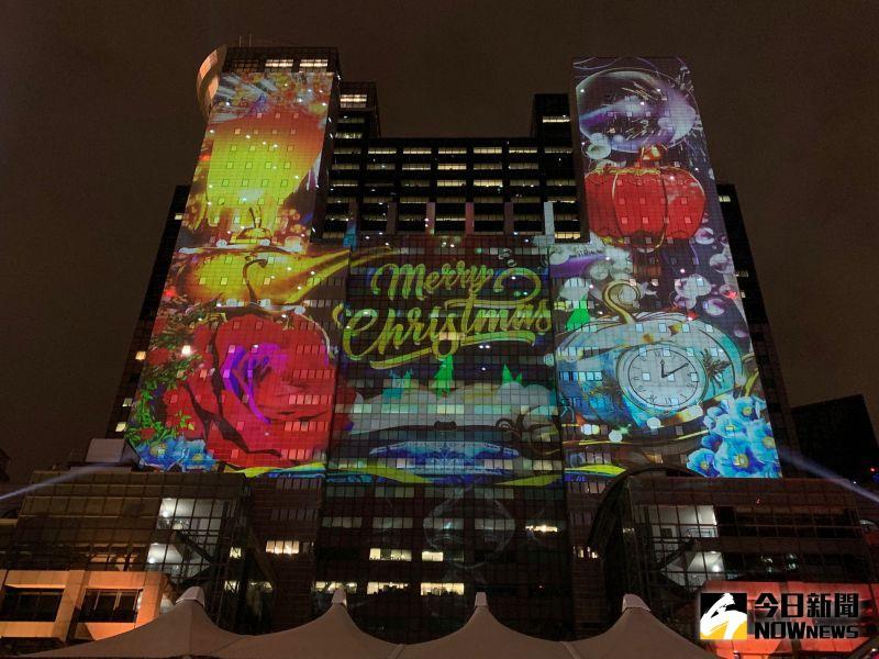 ▲新北歡樂耶誕城今年與國際接軌,首度結合「迪士尼經典童話」,打造全台唯一的迪士尼主題3D光雕雷射投影秀,11日晚間搶先於市府大樓曝光主燈秀。(圖/記者康子仁攝)