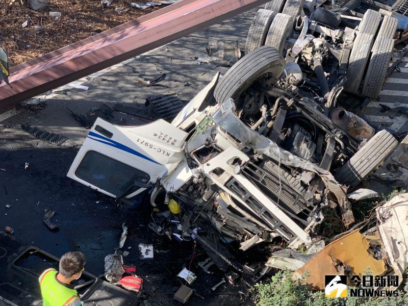 影/台61線西濱聯結車追撞大貨車 聯結車墜落橋下