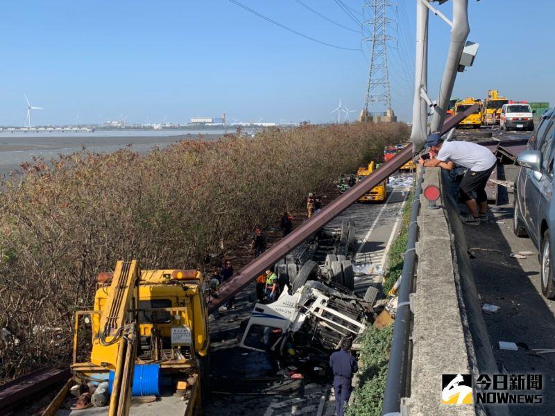 ▲聯結車噴飛墜落7公尺高橋下,H型鋼量散落滿地,現場是一片狼藉。(圖/記者陳雅芳攝,2020.11.11)