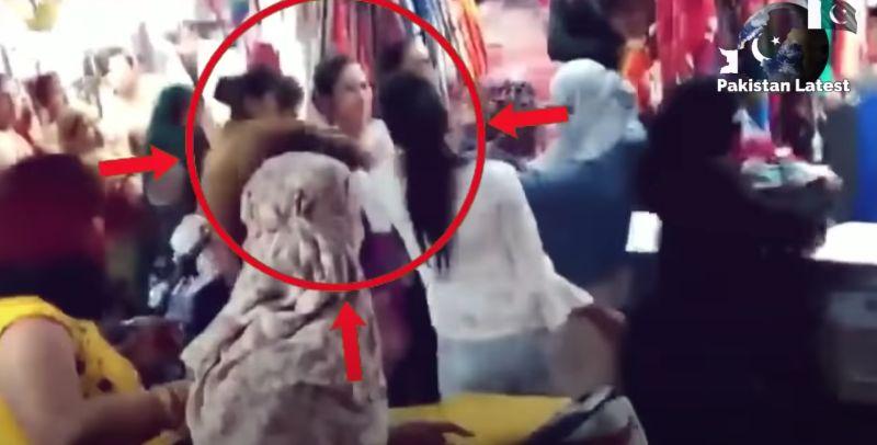 ▲印度一位19歲女孩和40歲婦人當街互毆。(圖/翻攝自YouTube-Pakistan