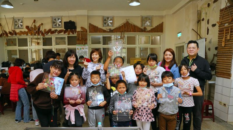 ▲張雅婷理事長偕同會員代表陪伴激發孩童創意潛能。(圖/資料照片)
