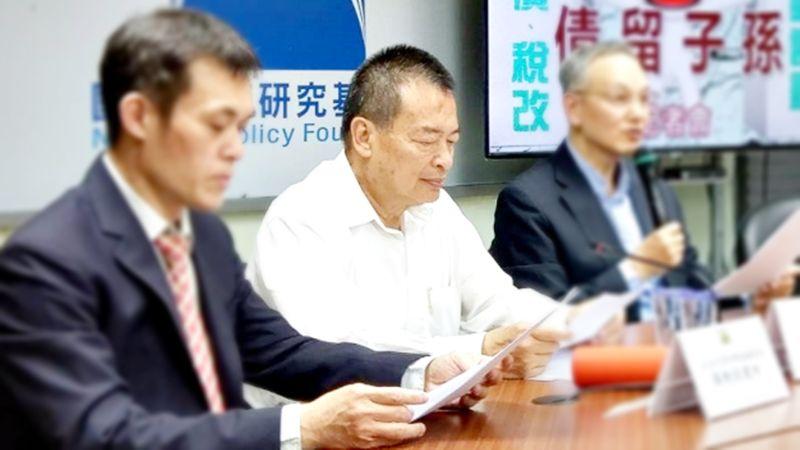 前主計長韋伯韜12日宣布參選國民黨主席,他表示將透過數字管理的專長改造國民黨。中間者為韋伯韜。(圖/國家政策研究基金會提供)