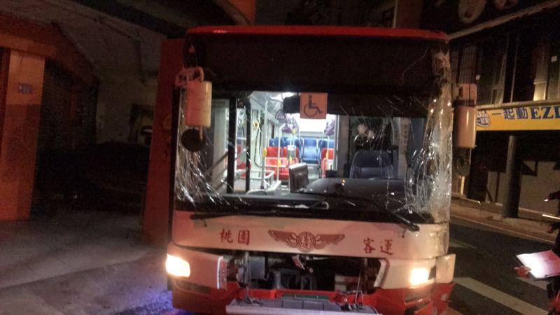 影/19歲男子凌晨「偷開公車」 沿路撞警破窗逮人