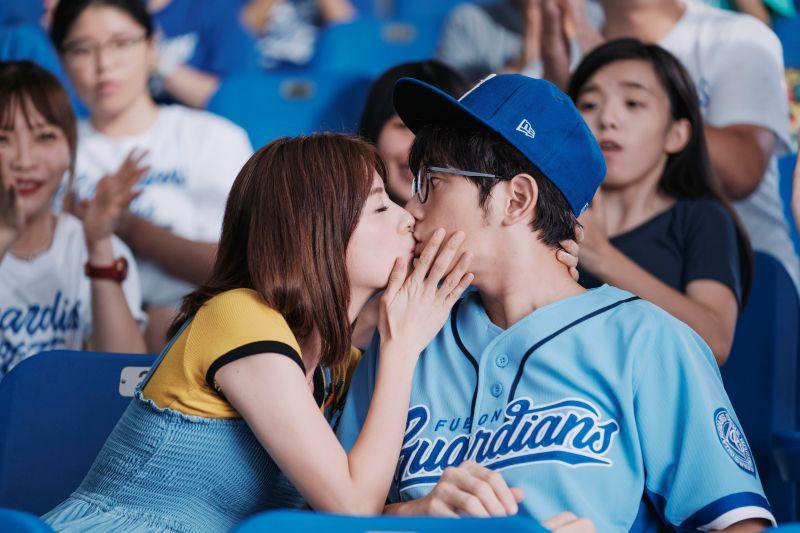 ▲林予晞(左)、宥勝在棒球場激吻。(圖