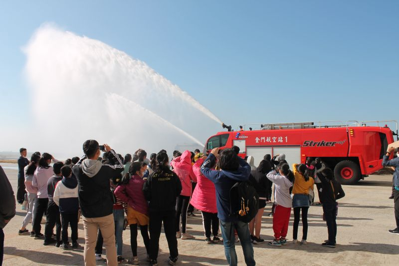 金門航空站飛安宣導週,安排學生參訪各項飛安設施。(圖/金門航空站提供)