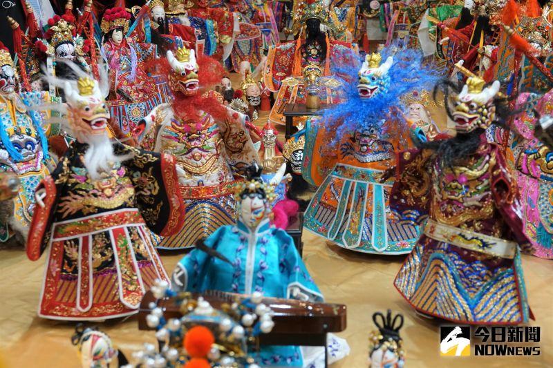 ▲鹿港鎮從事水電材料業的黃晉瑩,收集了很多布袋戲偶,大大小小有200多個,每個戲偶彩繪講究。(圖/記者陳雅芳攝,2020.11.12)