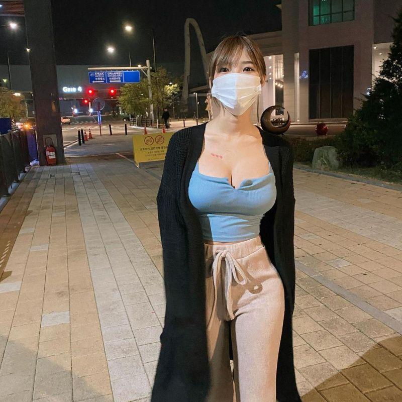 ▲Mina戴口罩的照片掀起網友熱議。(圖/Mina