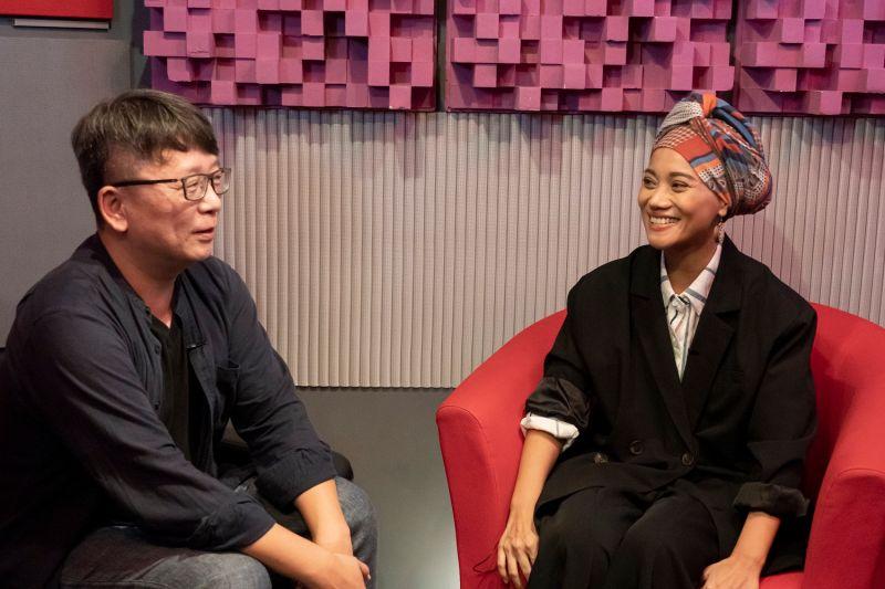 ▲導演楊力州(左)和歌后阿爆,攜手橘子集團25周年影片。(圖/橘子集團)