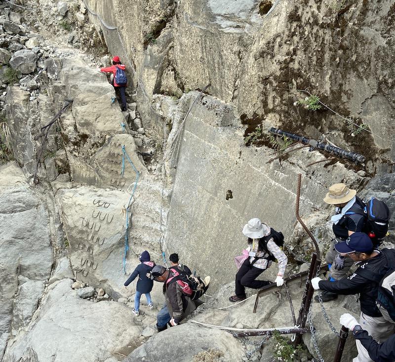 林管處人員跨越大崩塌對眠月線進行淨山行動。(圖/嘉義林管處提供)