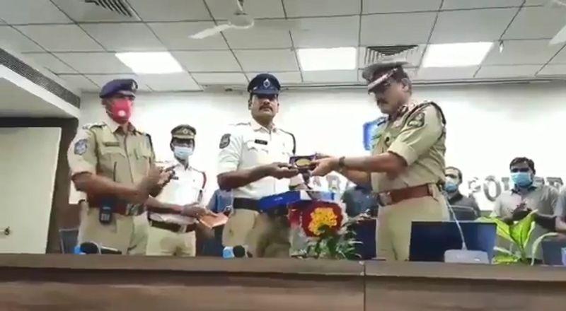 ▲一名印度交警在交通繁忙的時段為救護車一路開路,他所屬的警局局長得知後也頒獎表揚了他。(圖/翻攝自推特)