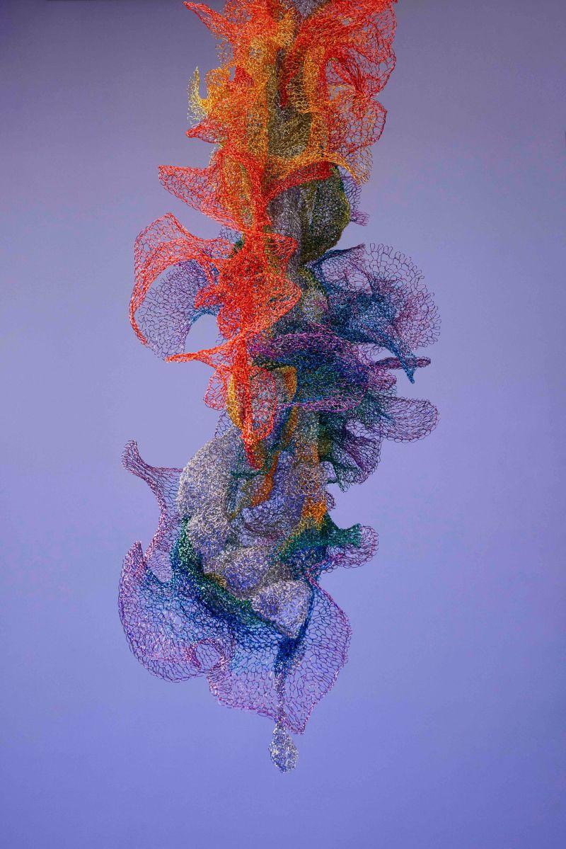 ▲洪郁雯的作品常以各種媒介探索並實驗不同的可能性,運用豐富的色彩,思考人造現實。(圖/藝術家洪郁雯Julia