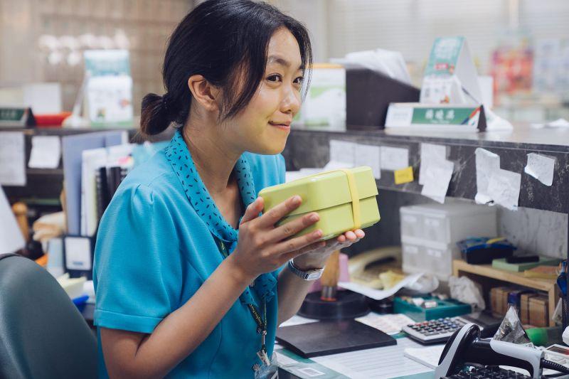 ▲李霈瑜扮演郵局上班族。(圖/《消失的情人節》劇照)
