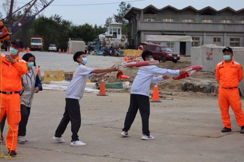 ▲學子在隊員的指導下,學習拋救生圈技巧。(圖/金門岸巡隊提供)