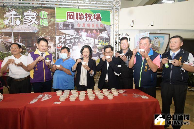 ▲王惠美也貼心提醒民眾,買鮮奶時要認明國產鮮乳標章。(圖/記者陳雅芳攝,2020.11.13)
