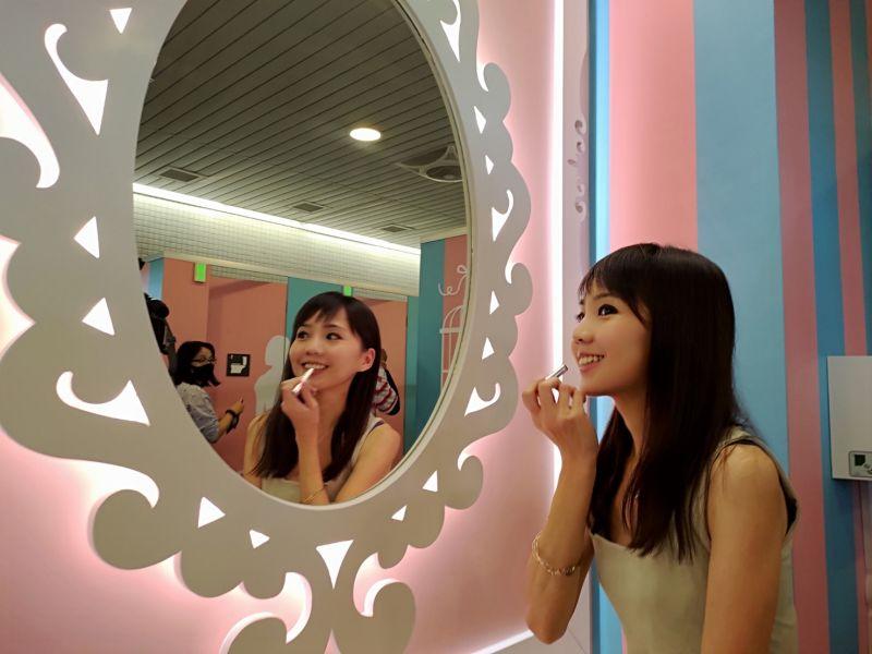 ▲台中捷運打造全台首創的5星級女廁,高鐵台中站以瑪莉公主風作為包裝,粉嫩色彩呈現都會時尚的氛圍。(圖/柳榮俊攝2020.11.14)